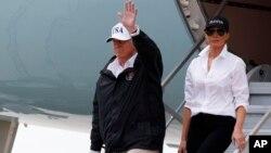 Tổng thống Donald Trump, và Đệ nhất Phu nhân Melania Trump, đến phi trường quốc tế Corpus Christi ở Corpus Christi, Texas, ngày 29/8, 2017.