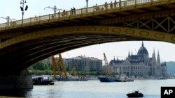 На месте катастрофы затонувшего прогулочного судна на Дунае продолжаются спасательные работы. Будапешт. 8 июня 2019 г.