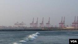 正在恢复兴建的中资科伦坡港口项目。(美国之音朱诺拍摄,2016年1月9日)