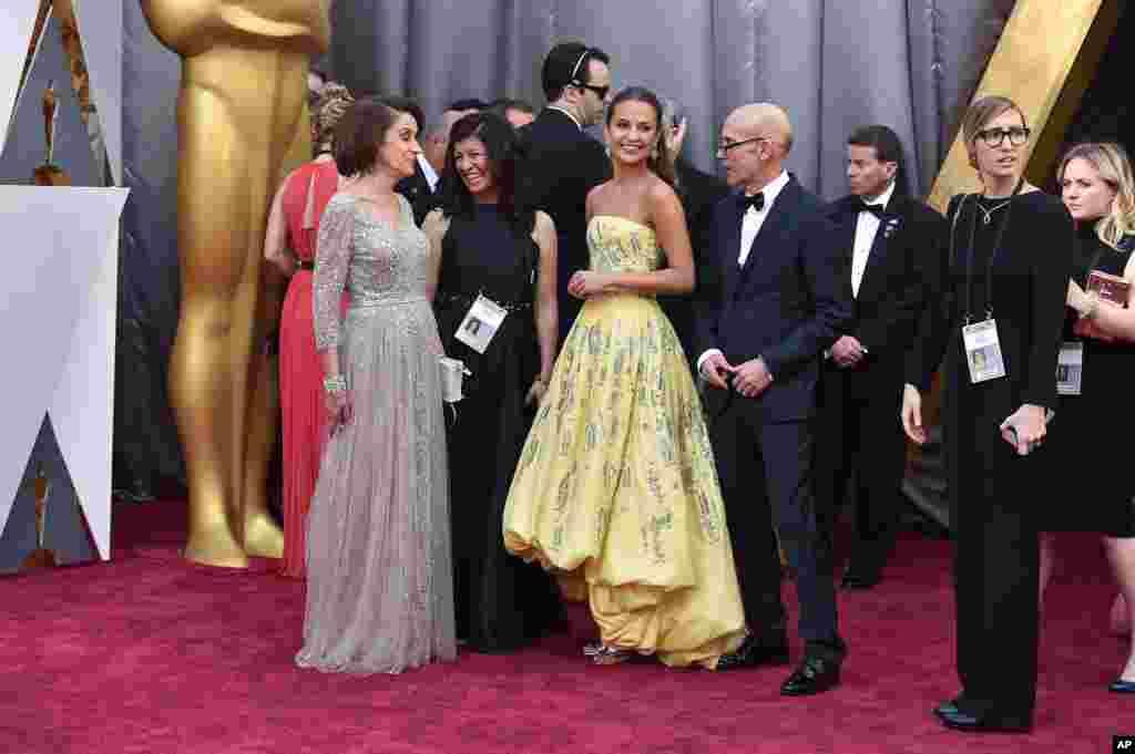 Maria Fahl Vikander, dari kiri, Alicia Vikander, dan Svante Vikander tiba di Oscars pada 28 Februari 2016, di Dolby Theatre, Los Angeles.