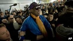 Dennis Rodman à son arrivée à l'aéroport international de Pékin, après sa visite à Pyongyang, le 13 janvier 2014.