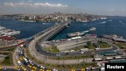 En esta zona de Estambul, Puente Galata, fue encontrado el cadáver de la mujer neoyorquina asesinada.