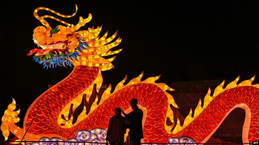 武汉一个公园里展示的龙灯。(2021年2月12日)
