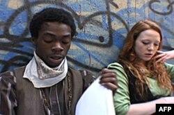 Dvoje glumaca - tinejdžera - na probi prvog dela predstave Bowery Wars.