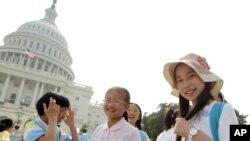 Murid-murid sekolah Tiongkok dari Hangzhou mengunjungi gedung Capitol di AS. (Foto: Dok)