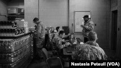 Tentara berada di Flint, Michigan untuk mendistribusikan air kepada warga. (Foto: Dok)