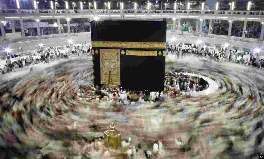 사우디아라비아 이슬람 성지 메카의 '그랜드모스크'에서 순례객들이 '카바' 주위를 돌고 있다.