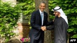 El presidente Obama estrecha la mano del príncipe heredero de Abu Dhabi, Sheikh MOhammed bin Zayed Al Nahyan, tras reunión cumbre en Camp David.