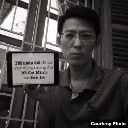 Anh Nguyễn Lân Thắng chụp ảnh cùng thông điệp phản đối dự án xây dựng tượng đài Hồ Chí Minh.