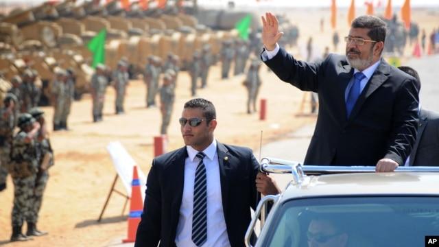 Presiden Mesir Mohammed Morsi saat meninjau basis militer di Ismailia, Mesir. (Foto: Dok)