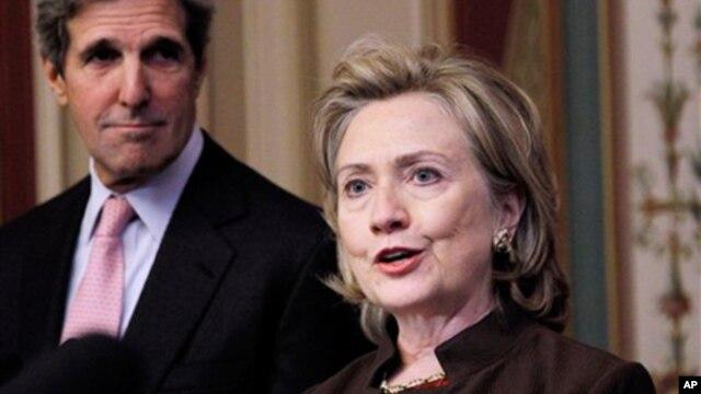 Senator John Kerry (kiri) yang dinominasikan Presiden Obama untuk menjabat Menlu AS, bersama Menlu Hillary Clinton yang akan digantikannya (foto: dok).