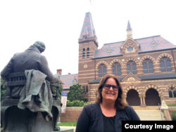 Rue Winiarzyk di Gallaudet di Washington, D.C., satu-satunya universitas yang khusus fokus pada pendidikan tuna rungu. (Courtesy Rue Winiarczyk)