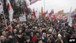 """Протестующие на Болотной площади в Москве скандировали: """"Путин, уходи!"""" 10 декабря 2011г."""