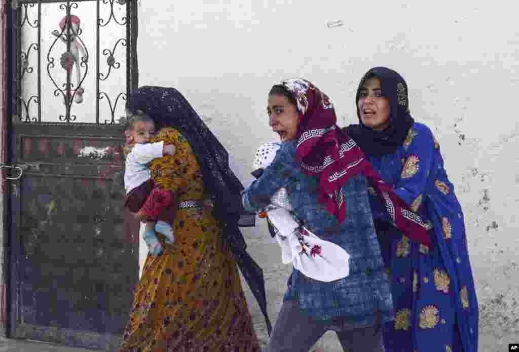 گروهی از زنان کرد از حمله ارتش ترکیه میگریزند. ارتش ترکیه برای دومین روز به برخی مناطق در شمال سوریه حمله کرد.