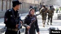 Жінка шукає свого родича на місці самогубної терористичної атаки в Кабулі, 21 березня 2018 р.