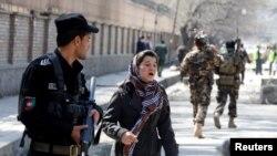 Yon sitwayèn afgan kap chache fanmi li kote bonm nan te eklate a nan Kaboul, kote yon kamikaz sote tèt li epi touye 31 moun nan eksplozyon an, mèkredi 21 mas 2018 la.