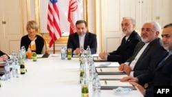 30일 오스트리아 빈에서 무함마드 자바드 자리프(오른쪽 두번째) 이란 외무장관과 이란 대표단이 핵 문제를 협상하고 있다.