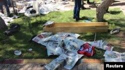 20일 터키 수룩 시에서 발생한 자살폭탄 테러로 사망한 희생자 시신이 신문으로 덮여있다.