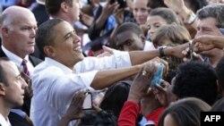 Tổng thống Barack Obama chào đón đám đông tại một cuộc mít tinh ở Philadelphia, Chủ Nhật 10 tháng 10, 2010