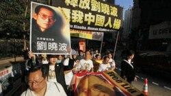 دست کم ۴۰۰ تظاهرکننده روز یکشنبه در خیابان های منطقه تجاری هنگ کنگ و در مقابل یک ساختمان متعلق به دولت چین در این منطقه تجمع کردند