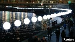 氣球被放在相當於柏林牆高度的3.6米高的柱上,綿延15公里