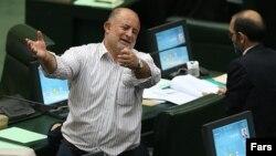 """نادر قاضی پور نماینده ارومیه در مجلس، در میان هواداران خود گفته بود که """"مجلس جای رنان نیست، جای مردان است."""""""