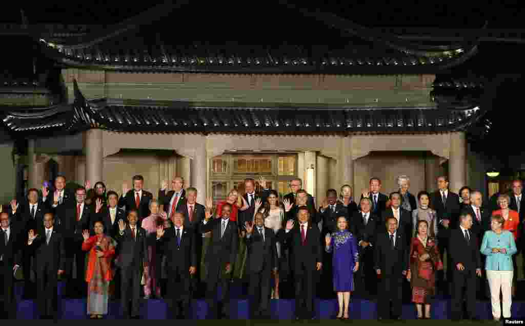 """参加G20杭州峰会的各国领导人的""""全家福""""合影(2016年9月4日)"""