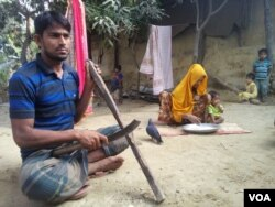 Rohingya refugee man Dil Mohammad, 30, with his wife and three of their children at a Rohingya colony in Cox's Bazar, Bangladesh. During military crackdown in Rakhine, Mohammad fled to Bangladesh with his family. He says he would never return to Myanmar. (S. Islam/VOA)