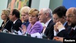 ທ່ານນາງ Angela Merkel (ທີ 4 ຈາກຊ້າຍ) ນາຍົກລັດຖະມົນຕີເຢຍຣະມັນ, ທ່ານ Francois Hollande (ທີ 2 ຈາກຊ້າຍ) ປະທານາທິບໍດີຝຣັ່ງ, ທ່ານ Dalia Grybauskaite (ທີ 3 ຈາກຊ້າຍ) ປະທານາທິບໍດີລິດທົວເນຍ,ທ່ານ Jose Manuel Barroso (ທີ 2 ຈາກຂວາ) ປະທານສະຫະພາບຢູໂຣບ, ທ່ານ Martin Schulz (ທີ 1 ຈາກຂວາ) ປະທານສະ ພາສະຫະພາບຢູໂຣບ