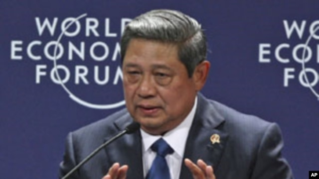Indonesian President Susilo Bambang Yudhoyono gestures as he speaks during a session at the World Economic Forum On East Asia In Jakarta, Indonesia, June 12, 2011