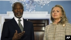 Menlu AS Hillary Clinton dan utusan internasional untuk Suriah Kofi Annan membuat pernyataan bersama di kantor Departemen Luar Negri AS, Washington DC (8/6).