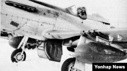 호주 77비행대대장 벤저민 슬리맨(44) 중령 등 조종사 3명이 지난 26일부터 30일까지 한국 공군 제11전투비행단 102전투비행대대를 방문해 교류행사를 한다고 공군이 28일 밝혔다. 사진은 6·25 전쟁 당시 포항에서 함흥으로 전개한 77대대 무스탕 전투기가 눈속에서도 출격 준비를 하고 있는 모습.