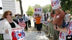 """密西西比州反堕胎人士要求让选民对""""人的生命从受孕开始""""的州宪法修正案进行投票(2011年6月6号资料照)"""
