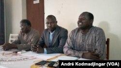 Max Loalngar, président de la Ligue tchadienne des droits de l'homme (à dr.), le 27 février 2020 à N'Djamena, au Tchad. (VOA/André Kodmadjingar)