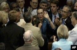 La représentante Gabrielle Giffords du Texas saluant ses collègues de la Chambre