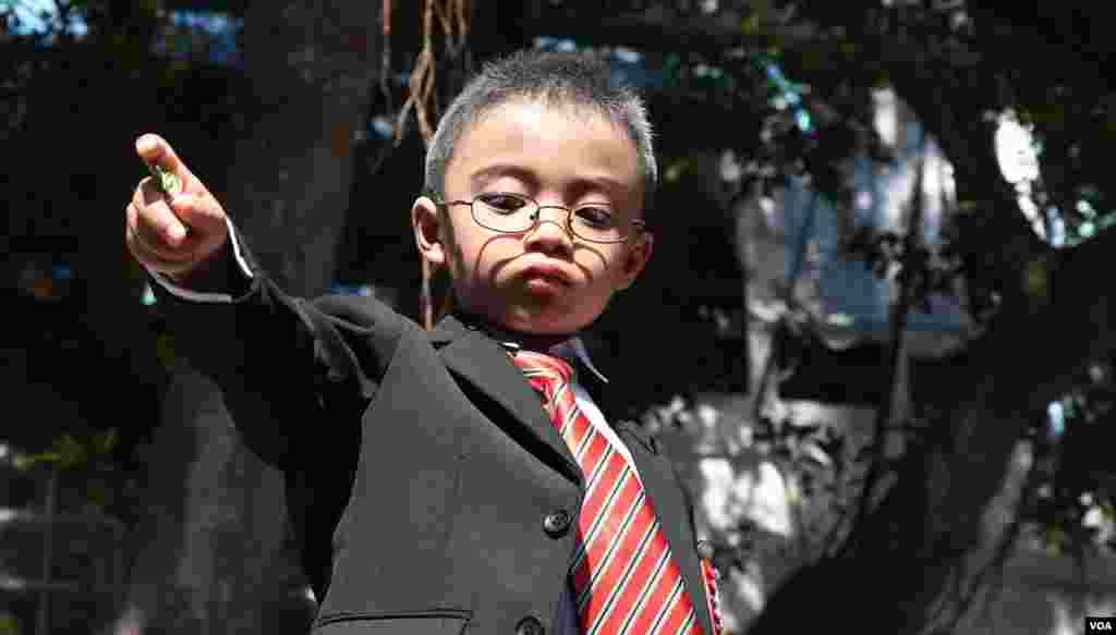 扮演財政司司長的小男孩向觀眾「派糖」。(美國之音湯惠芸拍攝)