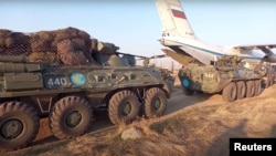 Российские миротворцы на аэродроме под Ереваном направляются в Нагорный Карабах. 11 ноября 2020г.