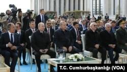 ولادیمیر پوتین رئیس جمهوری روسیه (نفر دوم از چپ) در کنار رجب طیب اردوغان رئیس جمهوری ترکیه (وسط) در آنکارا - ۱۴ فروردین ۱۳۹۷