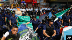 Policija uklanja barikade u hongkonškoj četvrti Mong Kok, 26. novembar 2014.