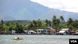 Ngư dân Philippines đến ngư trường quanh bãi cạn Scarborough. (D. Schearf / VOA)
