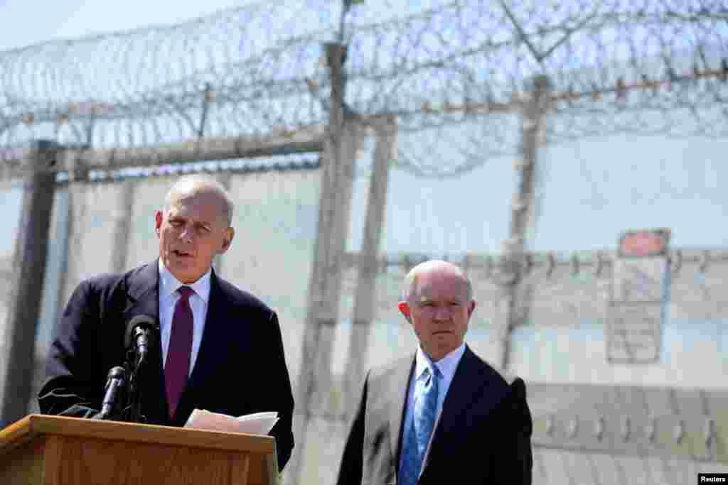 """2017年4月21日,美国国土安全部长约翰·凯利在加州圣迭戈的美国-墨西哥边界的栅栏附近讲话,司法部长塞申斯在旁边。 7月29日, 退役的海军陆战队上将约翰·凯利接任白宫办公厅主任 。川普告诉记者说:""""雷恩斯(前任白宫办公厅主任)是个好人。约翰·凯利一定能出色完成工作。凯利将军是真正的明星,工作一直很有成效,受到所有人尊重。他是个了不起的美国人。"""""""