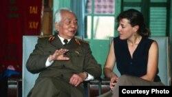 Nữ phóng viên Catherine Karnow và Tướng Giáp.