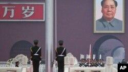 중국 베이징 톈안먼 광장에서 국기 게양식을 거행하고 있다. (자료사진)