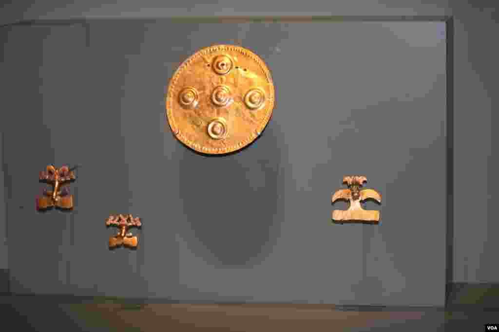 Collares de oro y concha. La de oro imita el estilo de la collar de concha que es un material más valioso.