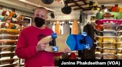 Salah satu pemilik Uncle Funkys Boards, Jeff Gaites, memegang Surfskate di dalam tokonya di Manhattan, New York 25 Maret 2021.