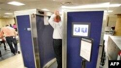 Các biện pháp kiểm ra an ninh mới bao gồm việc sử dụng máy soi toàn thân tại một số phi trường ở Hoa Kỳ, và biện pháp khám xét bằng tay