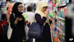 Malaisiennes dans un centre commercial à Petaling Jaya en banlieue de Kuala Lumpur, en Malaisie, le 30 octobre 2014