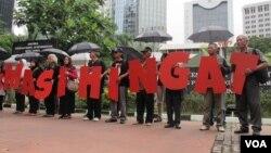 Komisi untuk Orang Hilang dan Korban Tindak Kekerasan (Kontras) bersama korban pelanggaran HAM berat masa lalu melakukan aksi di depan Kantor Kementerian Koordinator Politik Hukum dan Keamanan, Jakarta Kamis 31/3 (VOA/Fathiyah).