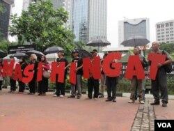 Komisi untuk Orang Hilang dan Korban Tindak Kekerasan (KontraS) bersama korban pelanggaran HAM berat masa lalu melakukan aksi di depan Kantor Kementerian Koordinator Politik Hukum dan Keamanan, Jakarta, 31 Maret 2016. (Foto: dok).