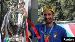 Cúp vàng trong tay đội trưởng đội tuyển Ý, Giorgio Chiellini, ngày 12 tháng Bảy, Rome, Italy.